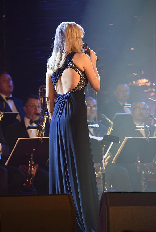 Orchestr měl výhled na její odhalená záda.