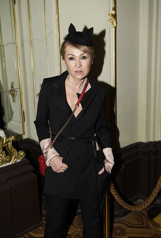 Kaira Hrachovcová patřila do skupiny těch, kteří se v průběhu týdne módy převlékali jako na běžícím pásu. Tento pro nás nejzdařilejší outfit se skládal z fráčku od Denisy Nové spojeném s kalhotami od Kateřiny Geislerové.