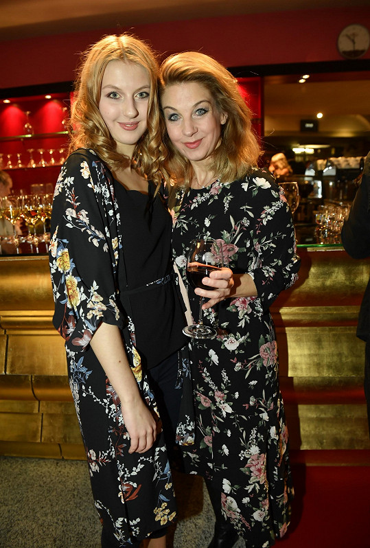 Jako rozkvetlá louka působila Sabina Laurinová se svou dcerou Valentýnou, které měly takřka stejné modely.