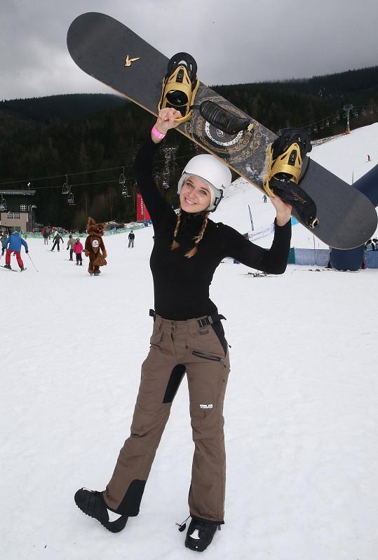 Užívala si jízdu na snowboardu.