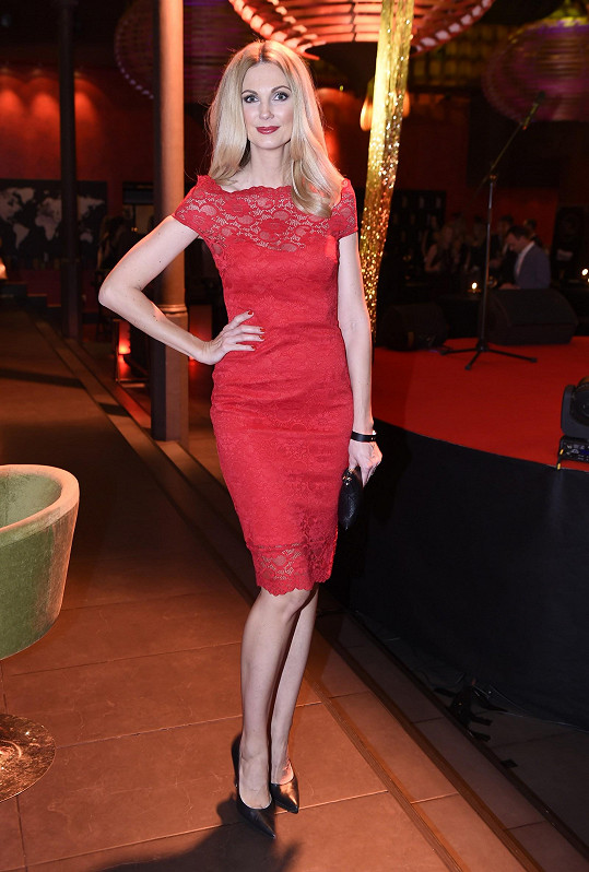 Sandra Parmová v sexy červených šatech