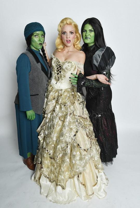 Glinda v podání Nikoly spolu se zelenými čarodějkami Elphabami Markétou Peškovou a Elis Ochmanovou