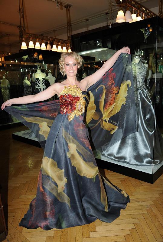 Známou se stala díky moderování zpráv. Původní profesí je Kristina tanečnice.