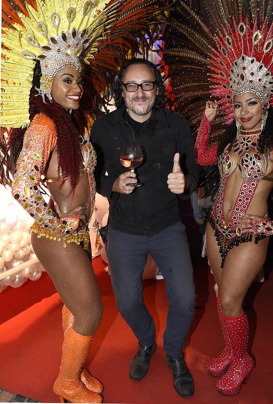 Radost mu dělají aspoň ženy. Tanečnice na párty objímal veřejně.