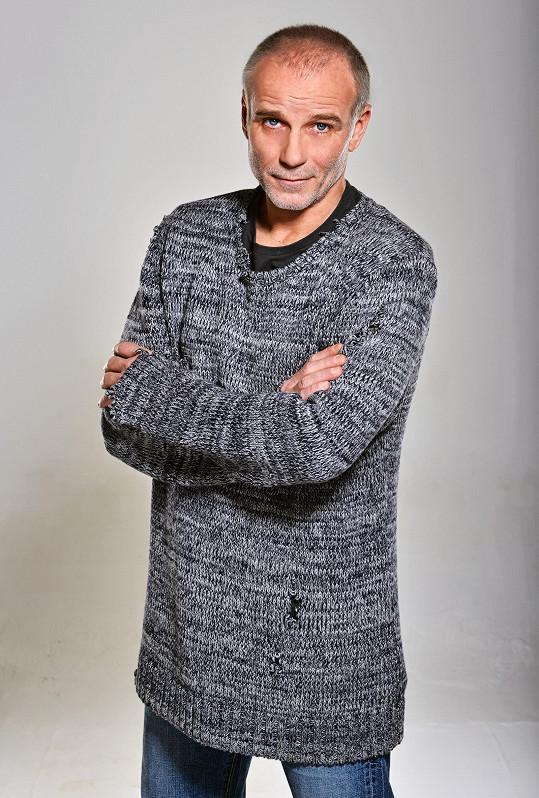 V seriálu si zahraje kriminalistu Petra Kraje.