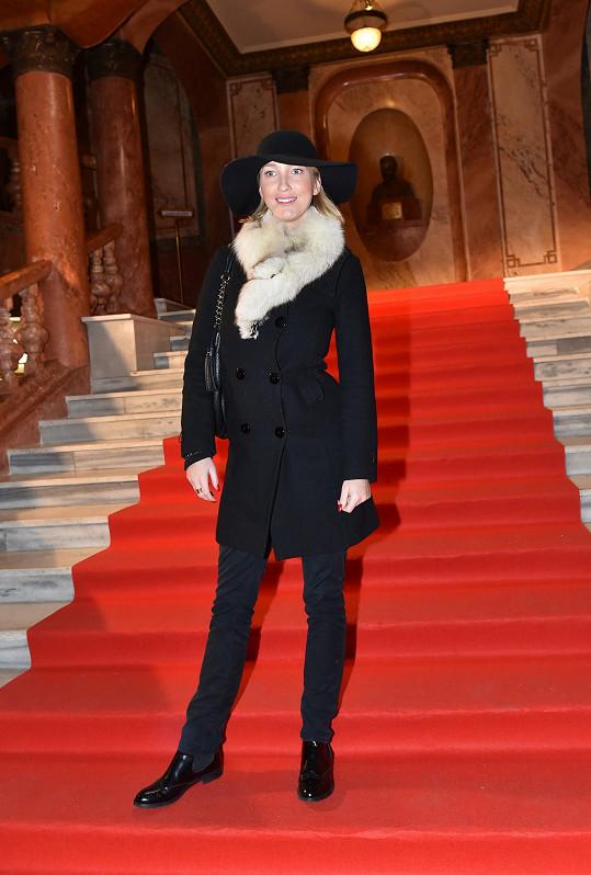 Mesarošová při příchodu do Paláce Lucerna ještě v kabátě a klobouku