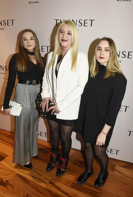 Mirjam Landa s dcerami navštívila módní přehlídku na lodi.