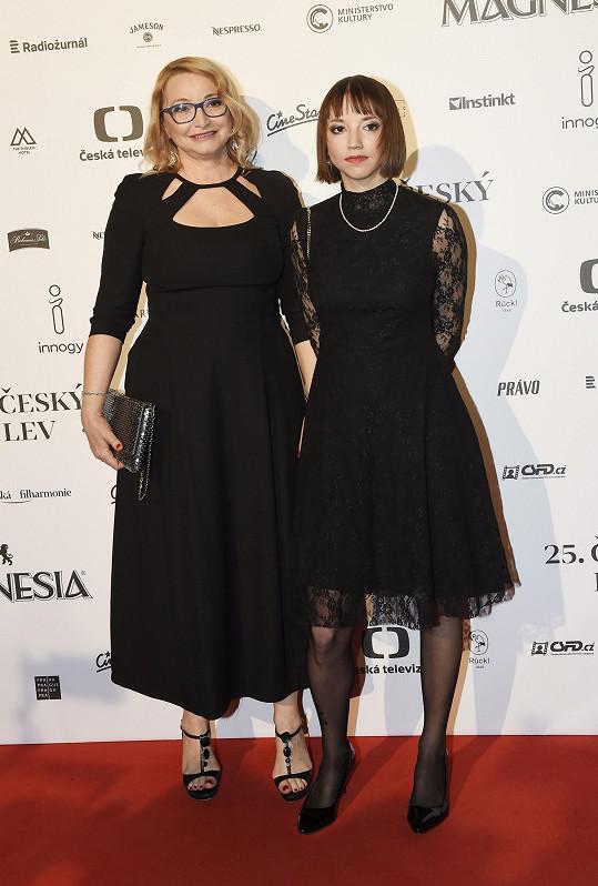 Anna Šišková s dcerou Terezou Nvotovou, obě v černé, nominace za film Špína neproměnily.