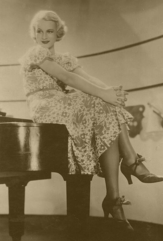 Adina Mandlová ve filmu Život je pes (1933).