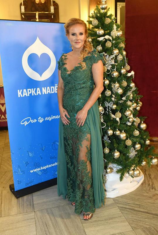 Na zahájení oblékla šaty Osmanyho Laffity.