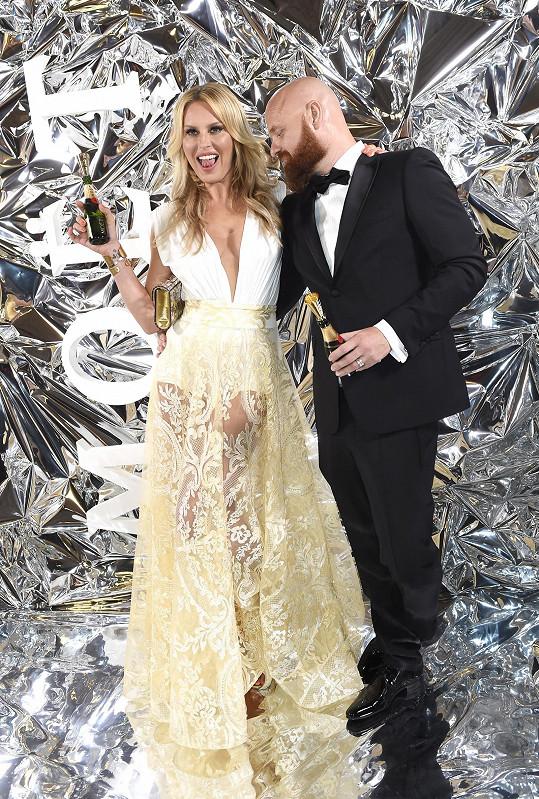 S manželem u fotostěny Moët párty