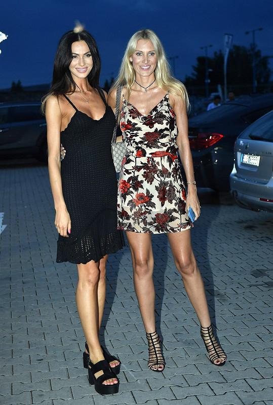 A také na kamarádky. Na párty do kasina ve Vestci vyrazila s Kateřinou Průšovou.
