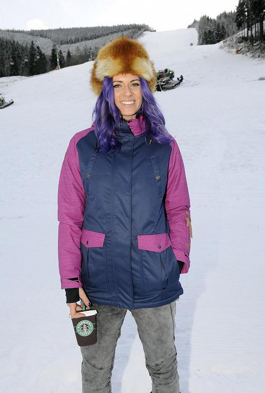 Nikol a její fialové vlasy