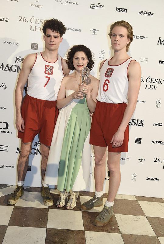 Cenu jí předali kolegové z filmu Zlatý podraz Filip Březina a Zdeněk Piškula.