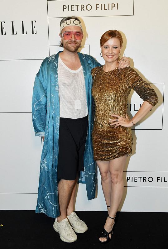 Doprovodil ji stylista Jan Pokorný, který zvolil hodně extravagantní outfit.