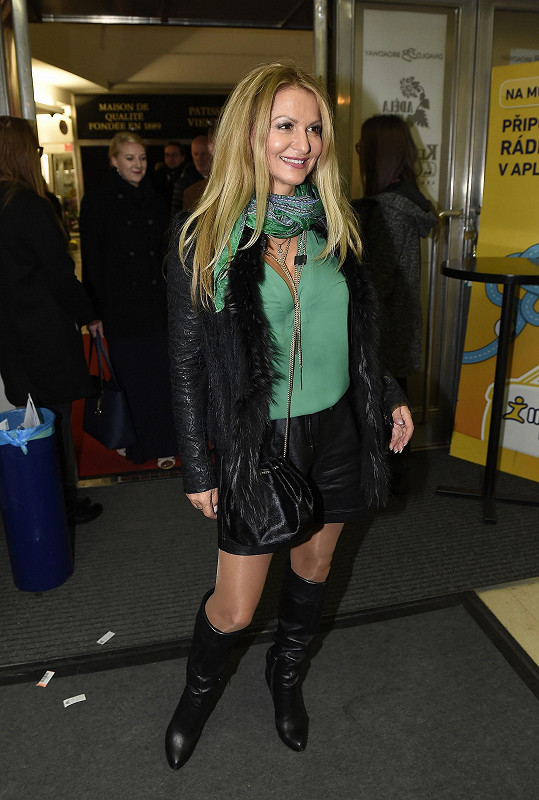 Yvetta Blanarovičová vypadala v krátkých šortkách skvěle. Ale ty lesklé punčocháče?!