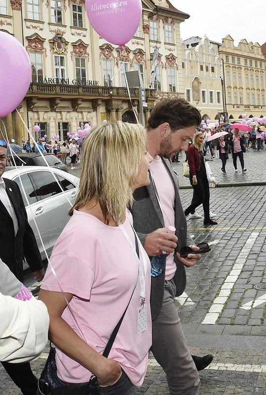 Pár v průvodu podpořil boj proti rakovině prsu.