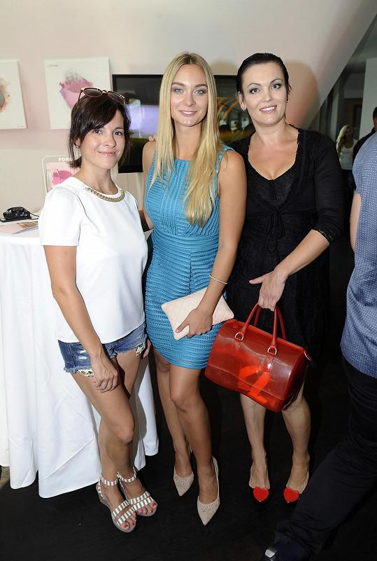 Kristýna s Bárou Mottlovou a Danielou Révaiovou na párty.