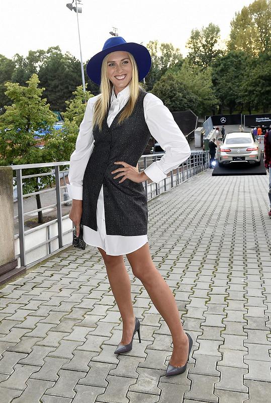 Šaty z kolekce Silverline navržené Ivanou Mentlovou pro Pietro Filipi sladila Zorka Hejdová s kloboukem Tonak.