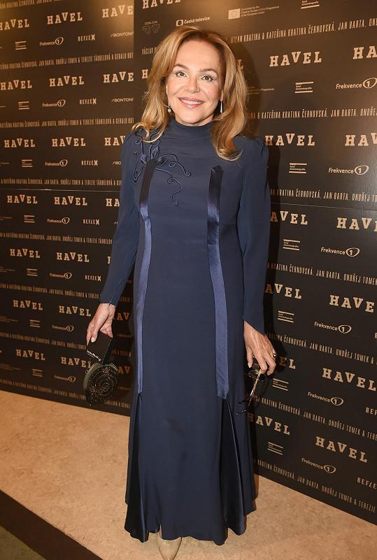 Dagmar Havlová dorazila na premiéru filmu Havel v přiléhavých pouzdrových šatech s hedvábnou aplikací.