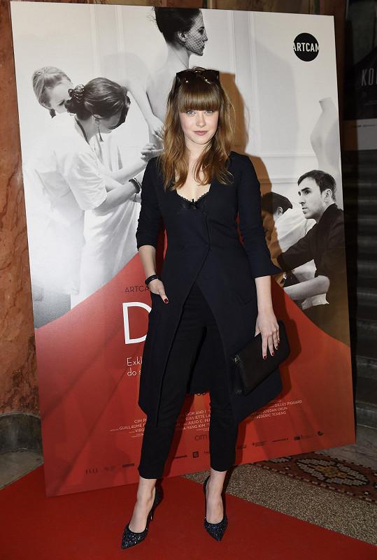 Jenovéfa Boková vsadila na černou. Černý monolit tvořily plášťové šaty Dior z aktuální kolekce, pod kterými vystupovaly okraje krajkové podprsenky, černé kalhoty, psaníčko a lodičky.