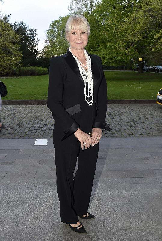 Milada Karasová zvolila kalhotový kostým.