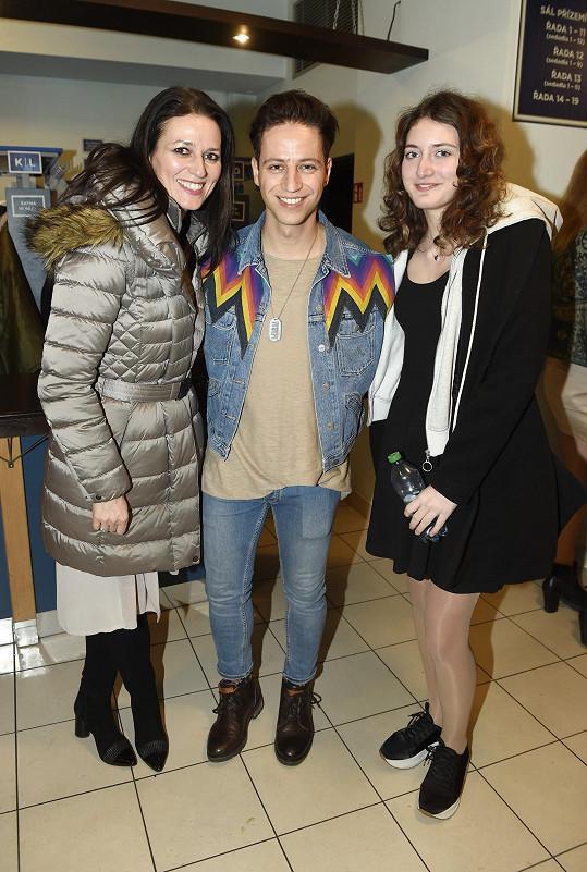 Adéla s dcerou a kolegou Milanem Peroutkou, který v představení hraje.