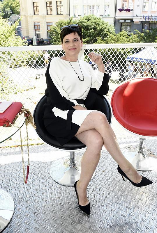 Kodetová představila seriál Lynč, kde hraje starostku.
