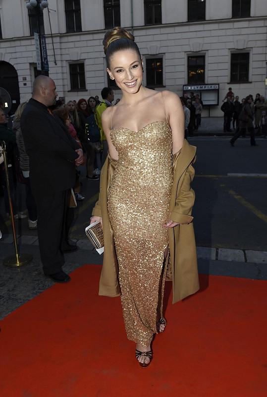 Loňská Česká Miss World Karolína Mališová zvolila dost výrazný dekolt.