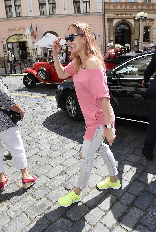 Monika byla stylová a růžovému pochodu přizpůsobila i odstín vlasů.