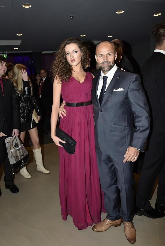 Mirek Cipra randí s modelkou a tanečnicí Karolínou Urbanovou.