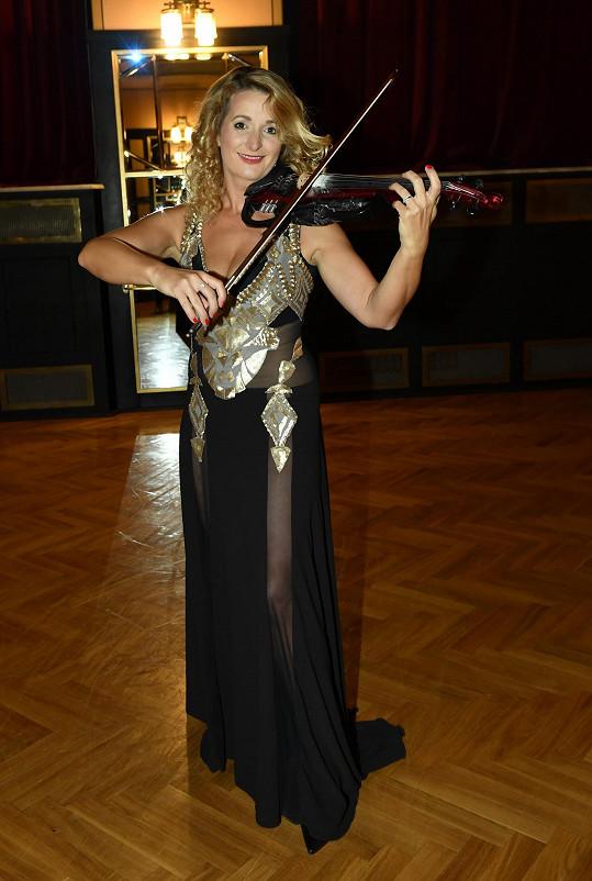 Markétě musí housle dobře držet na těle.