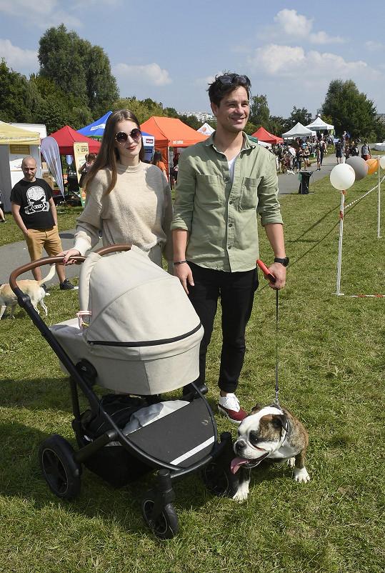 David Kraus s partnerkou a dcerkou v kočárku