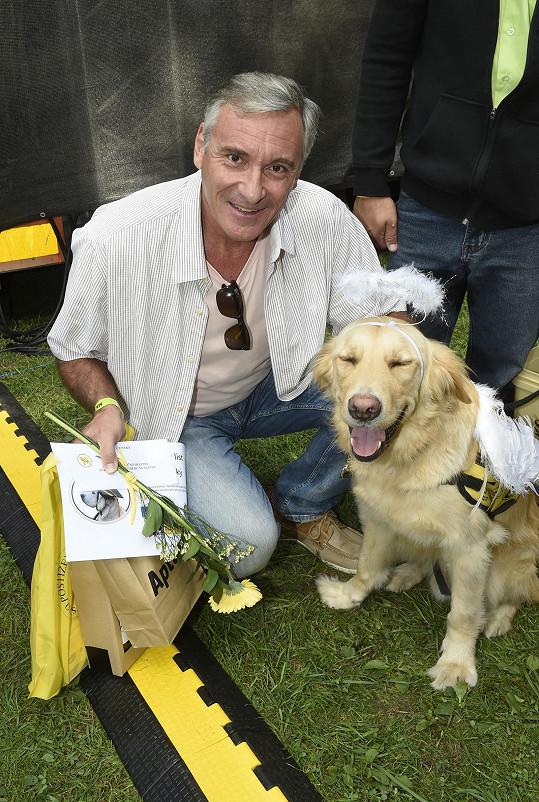 Organizaci, která se věnuje výcviku asistenčních psů, fandí i Jan Čenský.