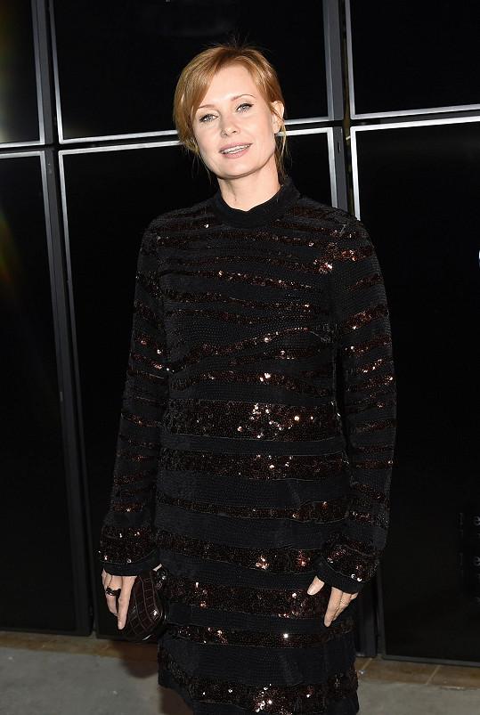 Herečka a hvězda Tváře Jitka Schneiderová oblékla na zahájení pražského týdne módy šaty z italského módního domu Bottega Veneta. Vypadala skvěle.