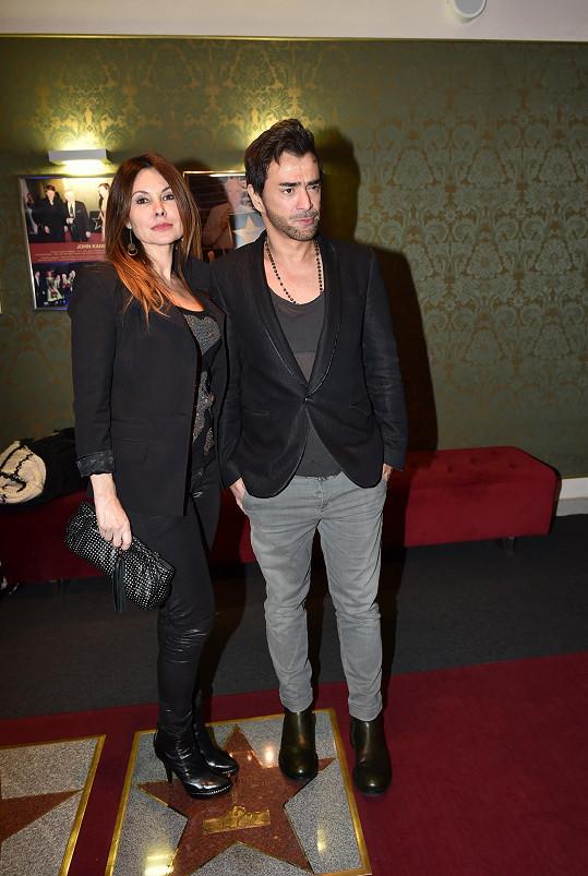 Sagvan s přítelkyní Alenou na premiéře muzikálu Addams Family.