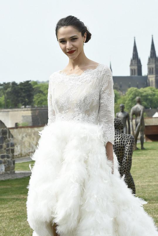 Eva oblékla hodně odvážné svatební šaty.