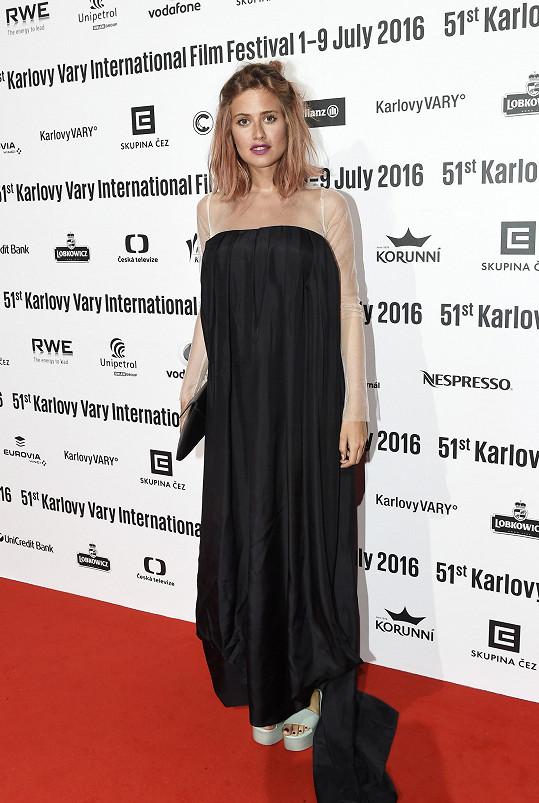 Na karlovarském filmovém festivalu bříško ještě nebylo vidět. Emma nosila šikovné modely.