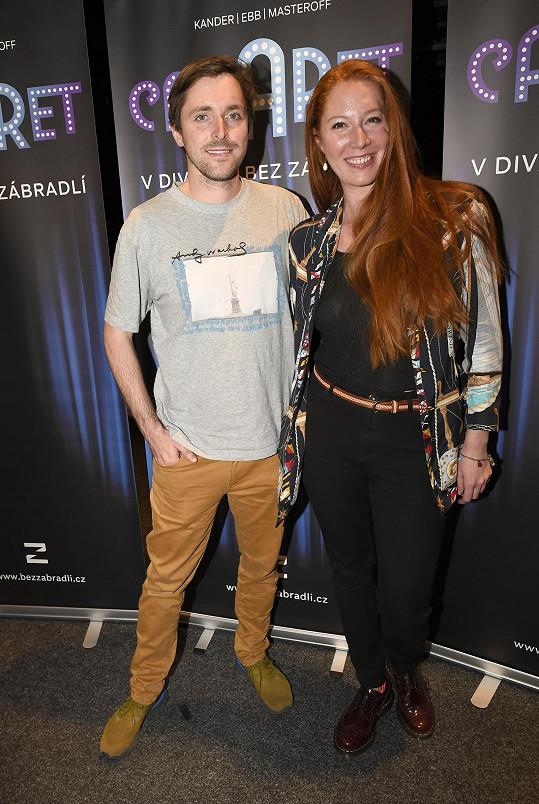 Karel s manželkou Nikol, která mu s divadlem také pomáhá.