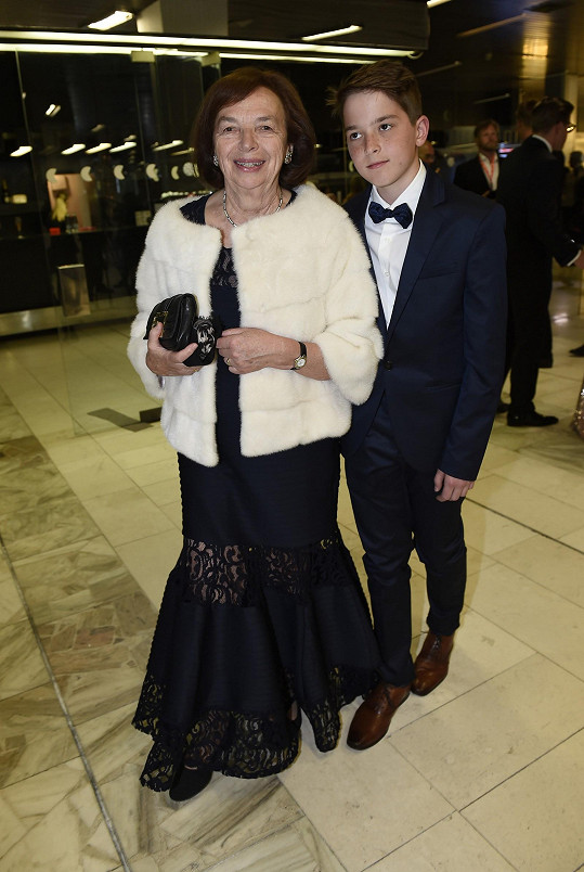 Livia Klausová na zahajovacím ceremoniálu s vnukem