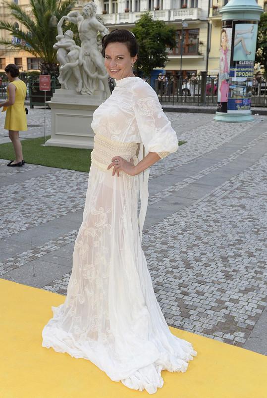 Krajkové šaty odhalující nohy jí ušil Jiří Kalfar.