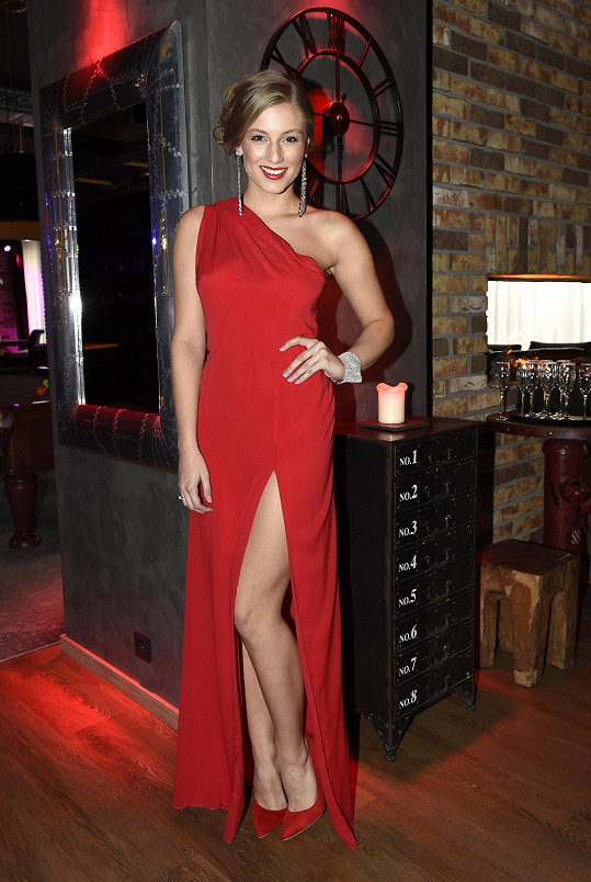 Karolína si do Vídně poveze deset společenských šatů, mezi nimi i smyslně rudé večerní šaty z hedvábného šifonu.