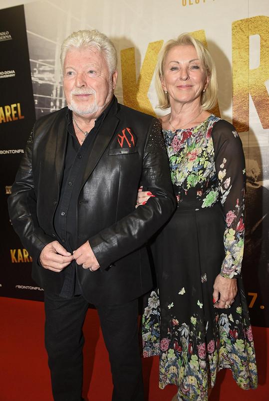 Milan Drobný s partnerkou Danou přišli na premiéru filmu Karel mezi posledními.