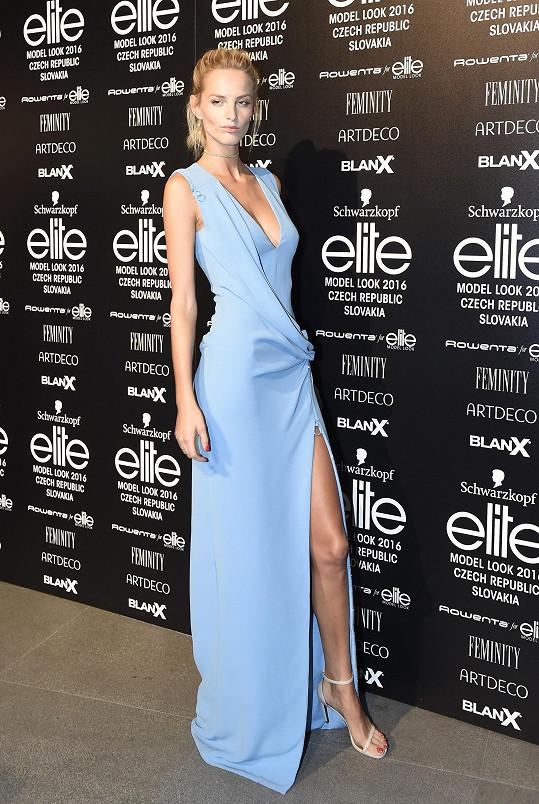 Jednoduchost na nevšedně krásné ženě. Slovenská topmodelka sáhla po pomněnkových šatech z italského módního domu Versace s efektním převisem a dráždivým rozparkem.