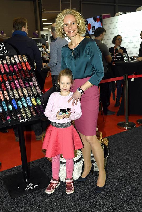 Kristina Kloubková s dcerou Jasmínkou na kosmetickém veletru. Hodně pohubla.