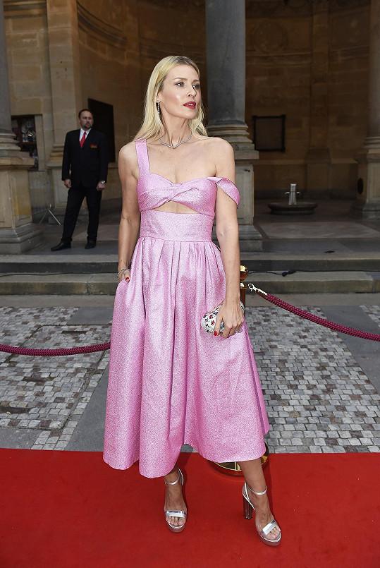 Daniela Peštová dokazuje, že blondýna v růžové nemusí vždy vypadat jako panenka Barbie.