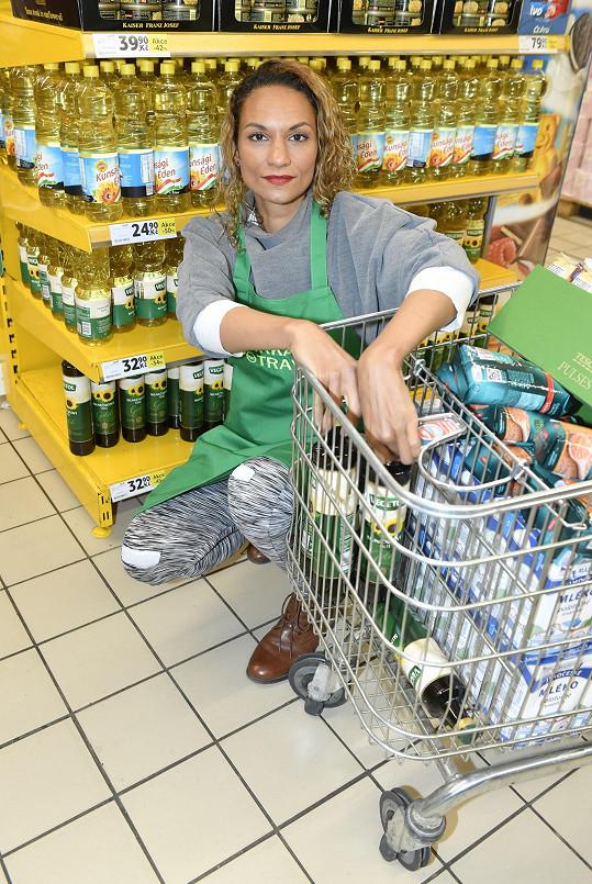 """Přestože rodinou """"pohlcená"""" Lejla Abbasová přímo nesnáší nakupování, tak si vyčlenila čas a chvíli dobrovolničila během Sbírky potravin."""