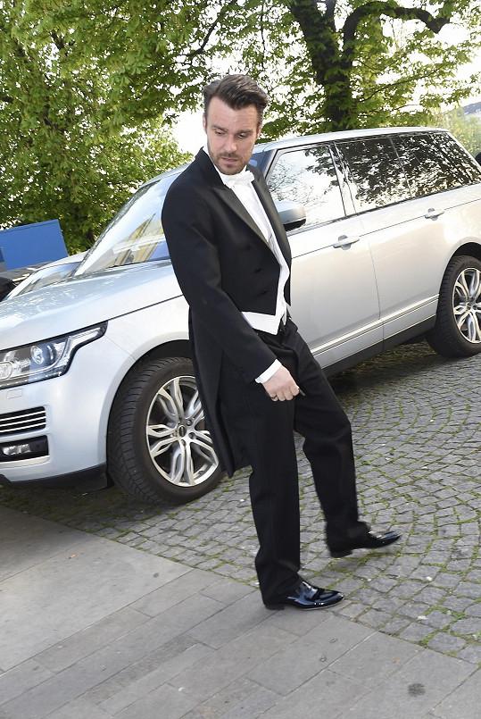Leoš Mareš ve smokingu nedorazil žádným luxusním vozem.