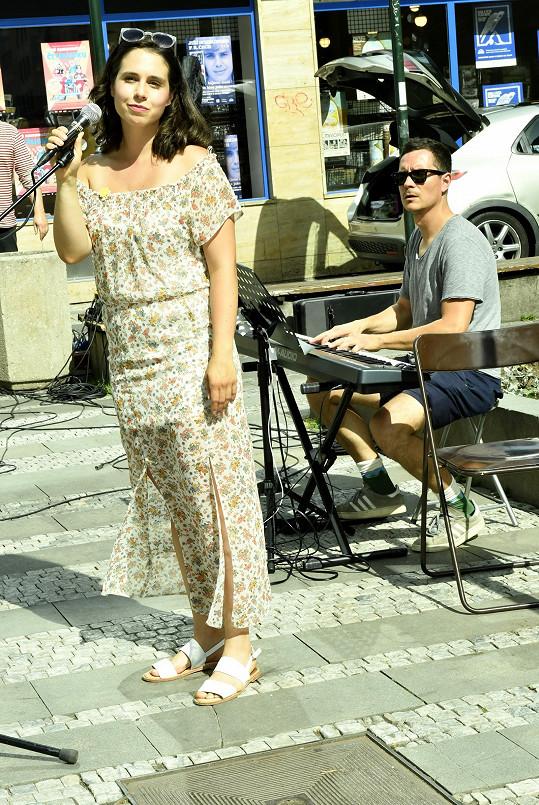 Tereza vystupovala na charitativní akci Busking pro Slunce.