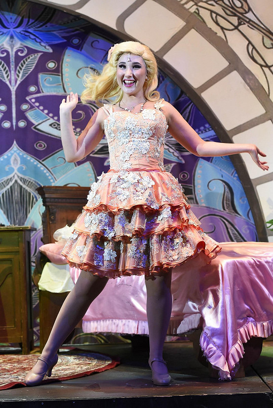 V muzikálu Čarodějka vystřídá spoustu kostýmů.